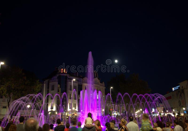 La gente gode delle fontane di notte fotografie stock libere da diritti