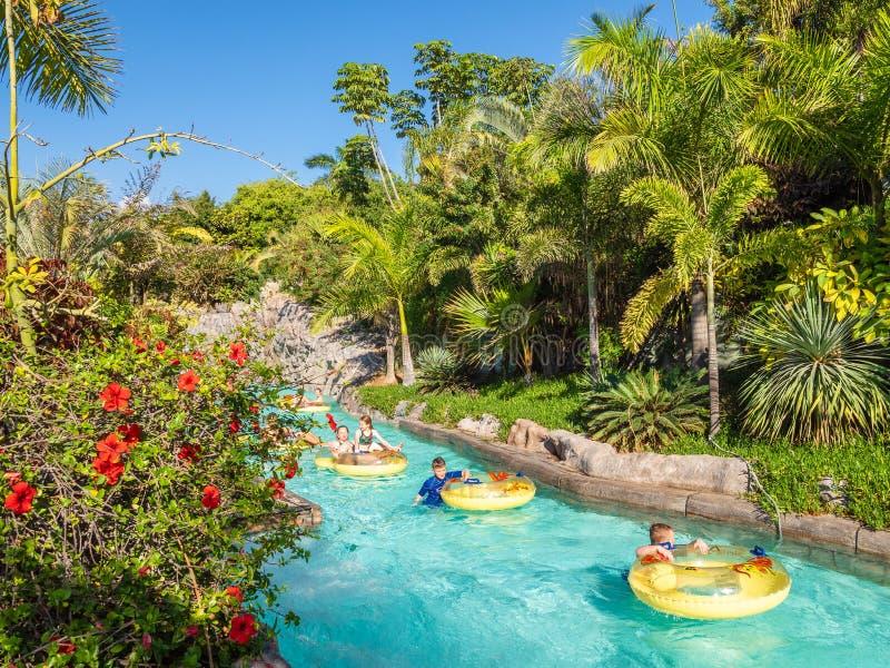 La gente gode di di galleggiare sul fiume pigro in Siam Park, Tenerife fotografia stock