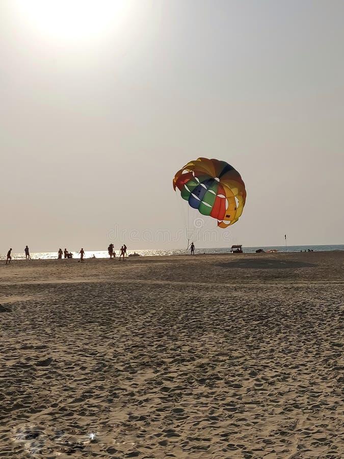 La gente in godere e parapendio della spiaggia del mare fotografia stock
