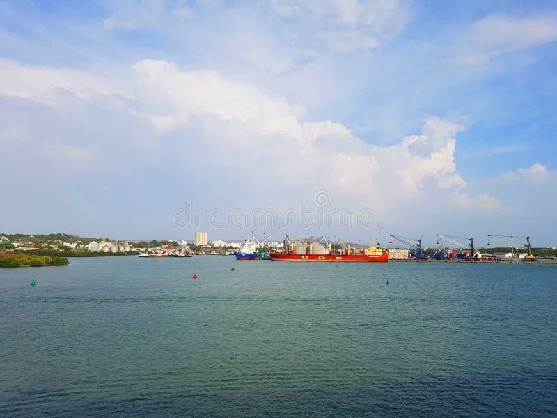 La gente goza del monarca del barco de cruceros que viaja a Aruba, a Bonaire, a curaçao, a Panamá y a Cartagena foto de archivo libre de regalías