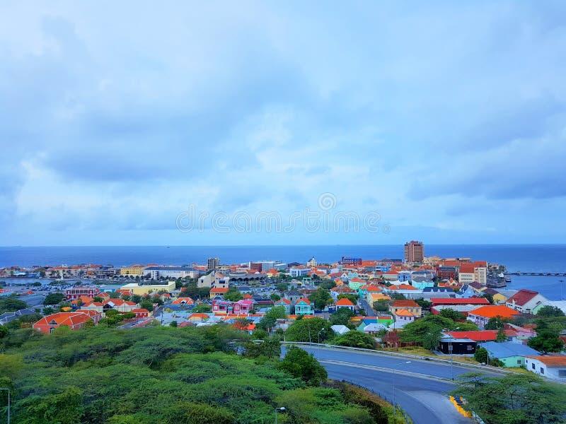 La gente goza del monarca del barco de cruceros que viaja a Aruba, a Bonaire, a curaçao, a Panamá y a Cartagena imagen de archivo libre de regalías
