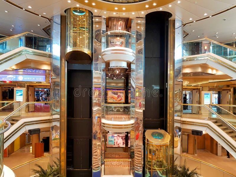 La gente goza del monarca del barco de cruceros que viaja a Aruba, a Bonaire, a curaçao, a Panamá y a Cartagena fotos de archivo