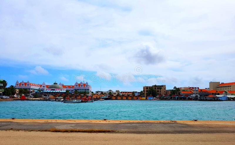 La gente goza del monarca del barco de cruceros que viaja a Aruba, a Bonaire, a curaçao, a Panamá y a Cartagena fotografía de archivo