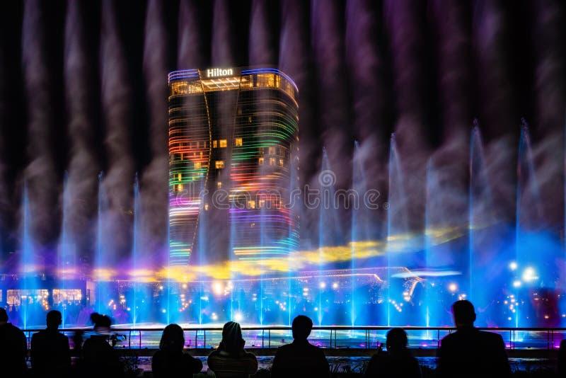 La gente guarda la fontana danzante a Tashkent City Park fotografie stock