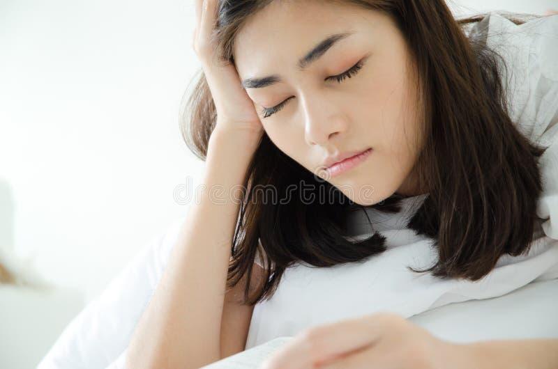 La gente ha letto i libri di sonno immagini stock