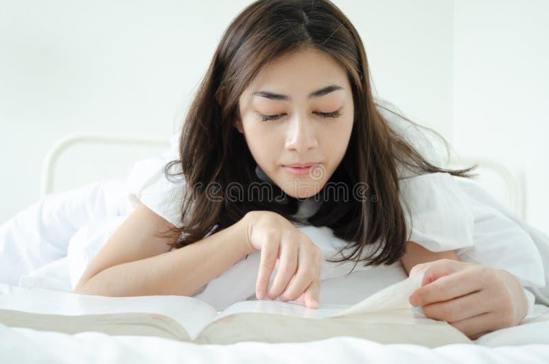 La gente ha letto i libri di sonno fotografie stock libere da diritti