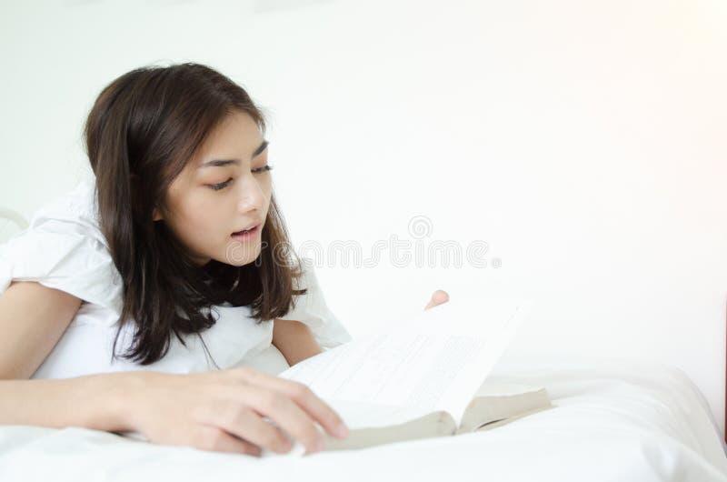 La gente ha letto i libri di sonno fotografia stock
