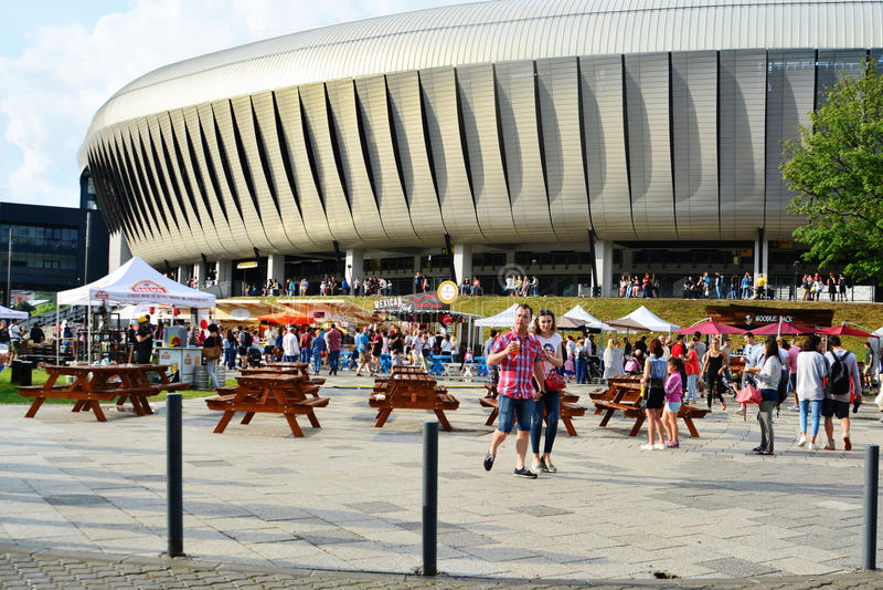 La gente ha uno spuntino al festival dell'alimento della via in Central Park Cluj immagini stock