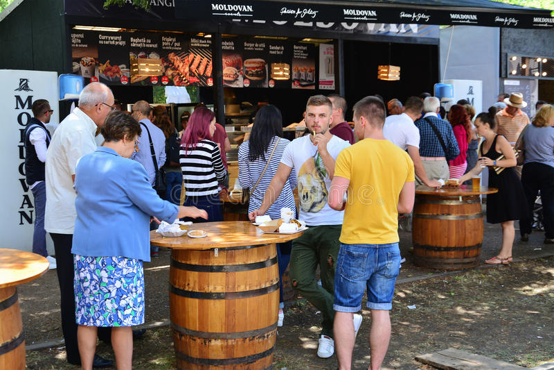 La gente ha uno spuntino al festival dell'alimento della via in Central Park Cluj fotografia stock libera da diritti
