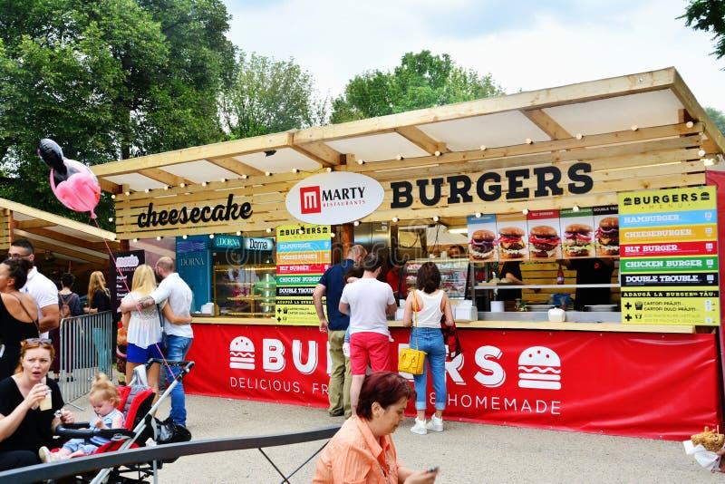 La gente ha uno spuntino al festival dell'alimento della via in Central Park Cluj immagini stock libere da diritti