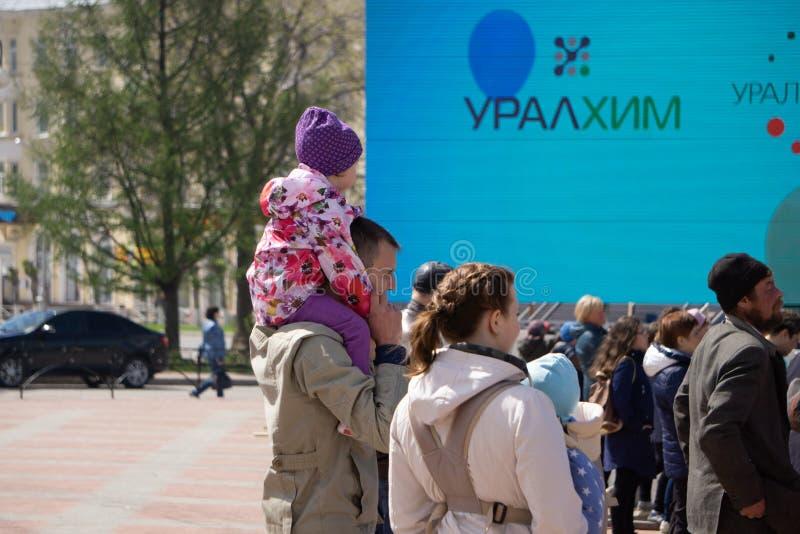 La gente hace excursionismo caminar en el cuadrado, visión desde arriba Rusia Berezniki 26 puede 2019 imágenes de archivo libres de regalías