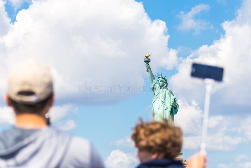 La gente hace la foto de la estatua de la libertad, New York City, NY, los E.E.U.U. foto de archivo