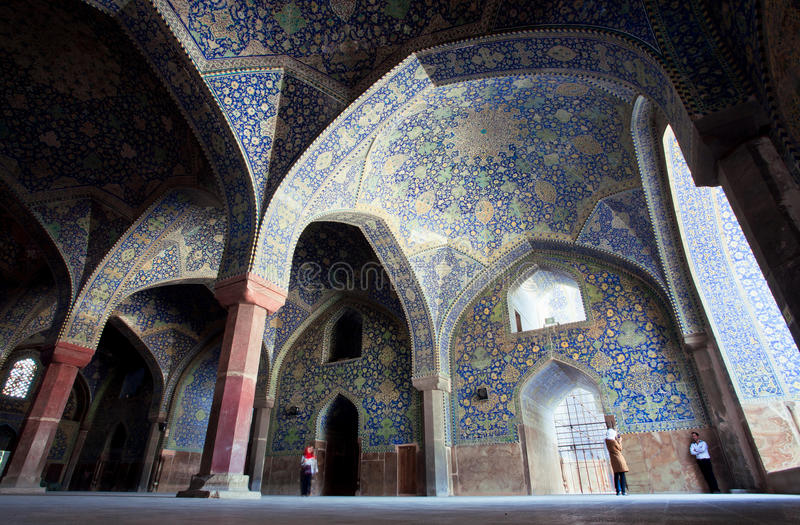 La gente hace las fotos debajo de los arcos del viejo imán persa Mosque en Irán foto de archivo libre de regalías