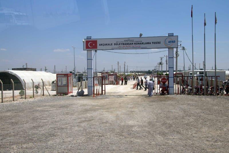 La gente incorpora el campamento de refugiados del sirio de Akcakale foto de archivo