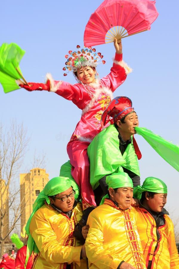 La gente indossa i vestiti variopinti, spettacolo di varietà di ballo di yangko nella s immagine stock libera da diritti