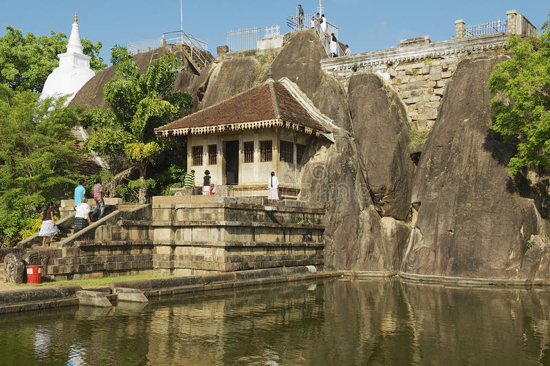 La gente inscribe el templo de la roca de Isurumuniya en Anuradhapura, Sri Lanka fotografía de archivo libre de regalías
