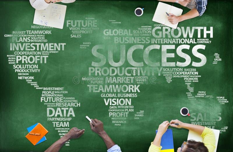 La gente intorno alla lavagna con successo globale immagine stock