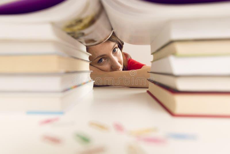 La gente, istruzione, sessione, esami e concetto della scuola - stu stanco immagine stock