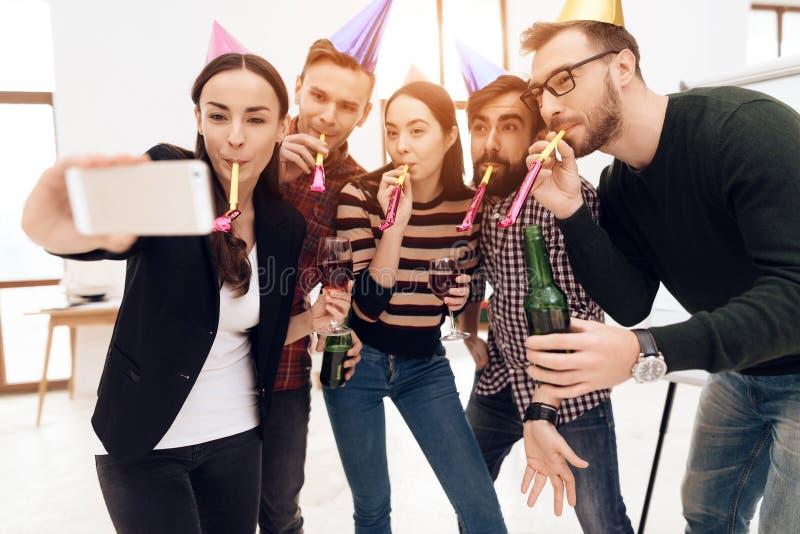 La gente joven en casquillos del día de fiesta hace el selfie imagen de archivo libre de regalías