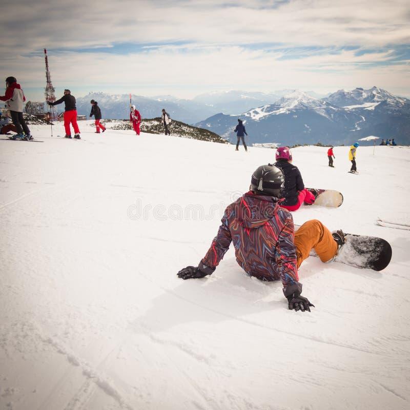 La gente joven en la snowboard está descansando antes de irse al esquí fotos de archivo