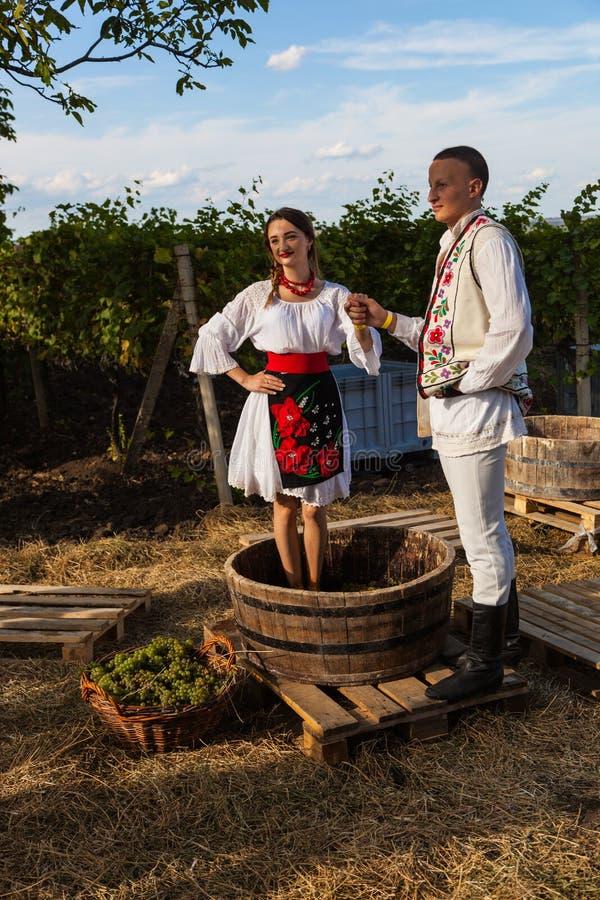 La gente joven en vestido nacional moldavo presenta durante el manufac fotografía de archivo libre de regalías