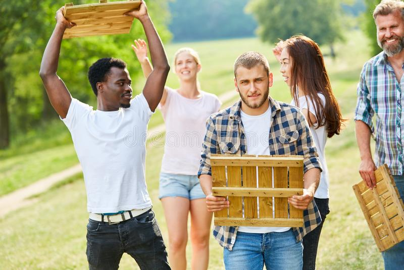 La gente joven está jugando en el parque con las tejas de madera imagen de archivo