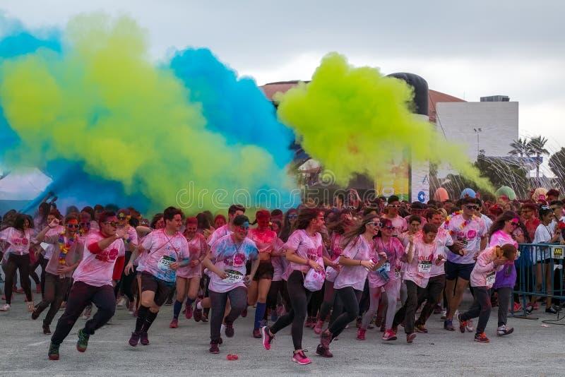 La gente joven feliz celebra festival de la vida de Holi foto de archivo libre de regalías