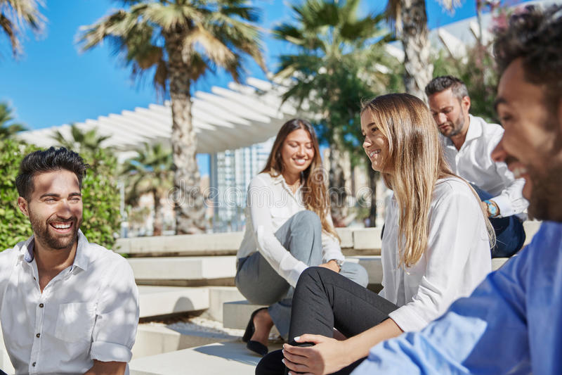 La gente joven feliz se relaja en viaje de negocios afuera fotos de archivo libres de regalías
