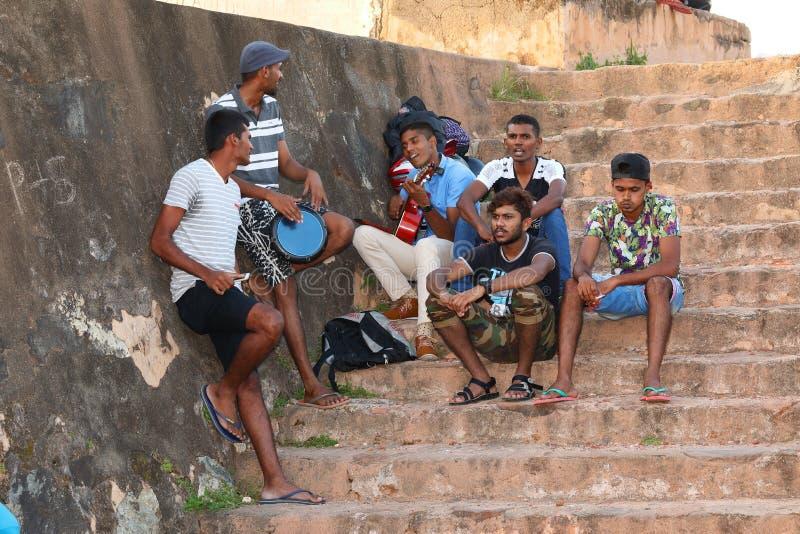 La gente joven juega música en la ciudad de Galle en Sri Lanka fotografía de archivo libre de regalías