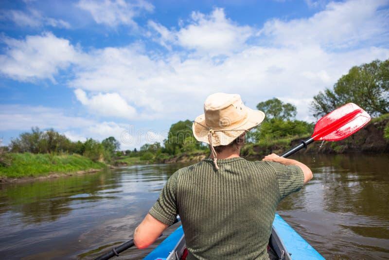 La gente joven kayaking en un río en naturaleza hermosa fotografía de archivo