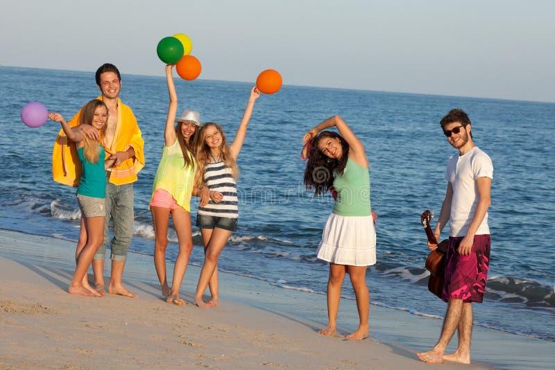 La gente joven que goza de una playa del verano va de fiesta, bailando. imágenes de archivo libres de regalías