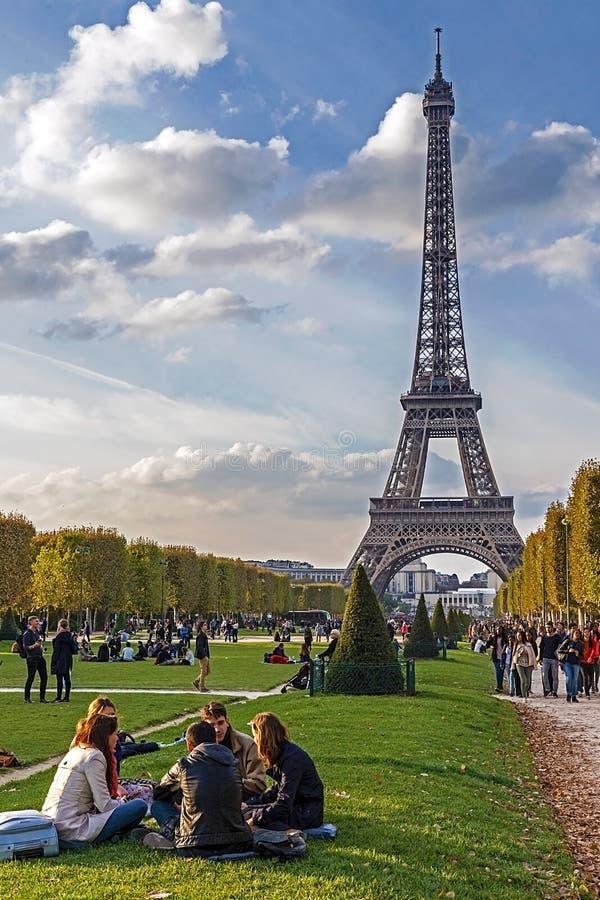 La gente joven se relaja cerca de la torre Eiffel fotografía de archivo libre de regalías