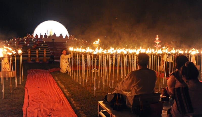 La gente libera Khom Loi, le lanterne del cielo durante il festival di Yi Peng o di Loi Krathong fotografia stock