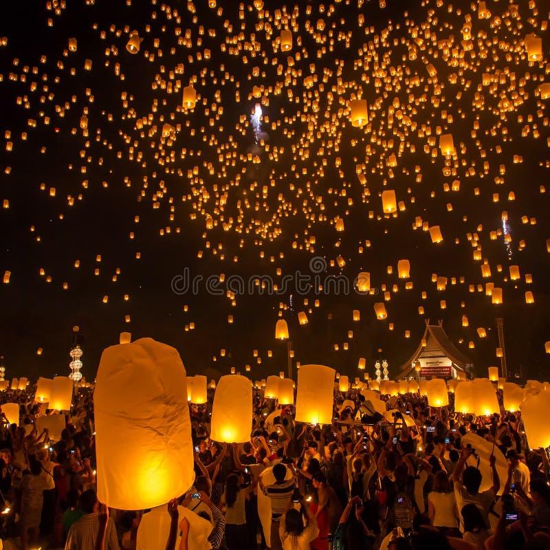 La gente libera le lanterne del cielo per adorare le reliquie di Buddha immagini stock libere da diritti