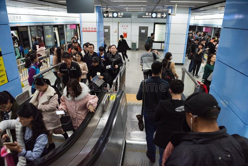 La gente llega y sale en una plataforma, estación del metro del sistema de transporte del subterráneo de Shenzhen imagenes de archivo