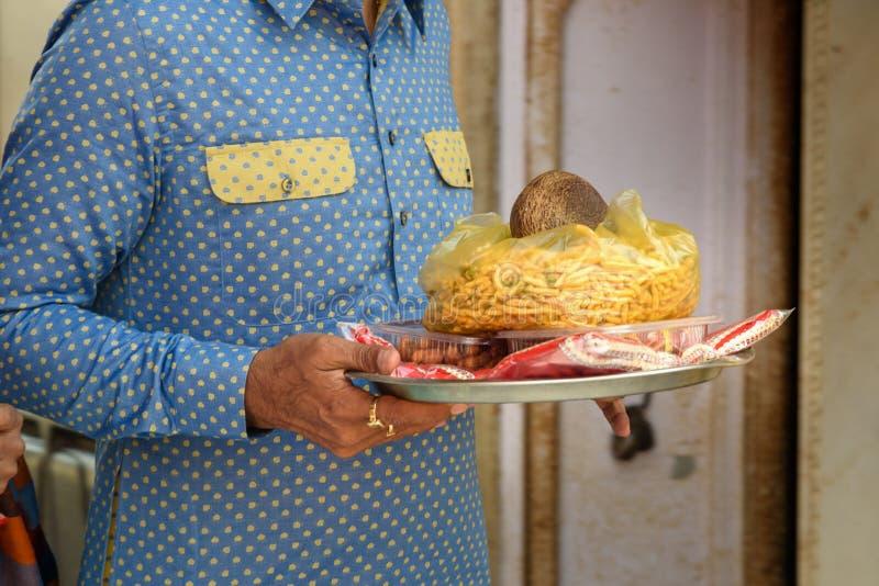 La gente lleva la comida de las ofrendas para las ratas en Karni Mata Temple o el templo de las ratas en Deshnok Rajasth?n La Ind fotografía de archivo libre de regalías