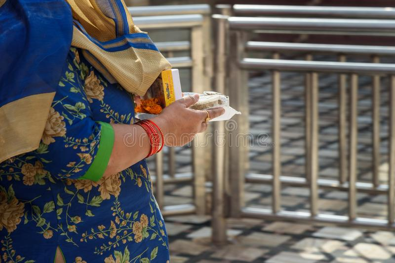 La gente lleva la comida de las ofrendas para las ratas en Karni Mata Temple o el templo de las ratas en Deshnok Rajasth?n La Ind fotos de archivo libres de regalías