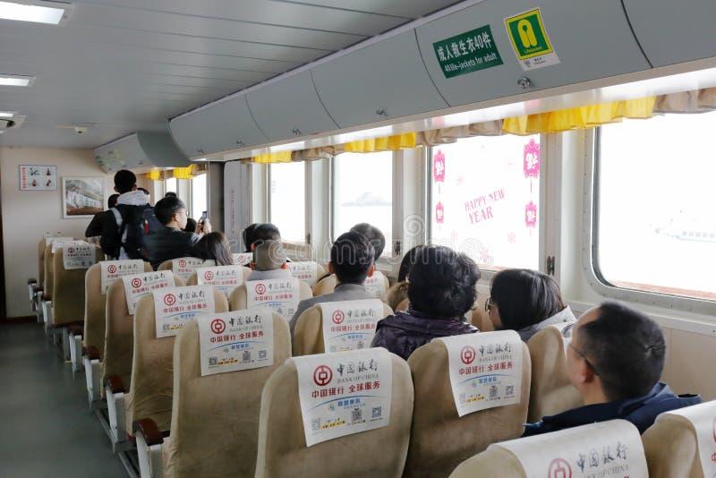 La gente lleva el transbordador la isla putuoshan, adobe rgb imagen de archivo