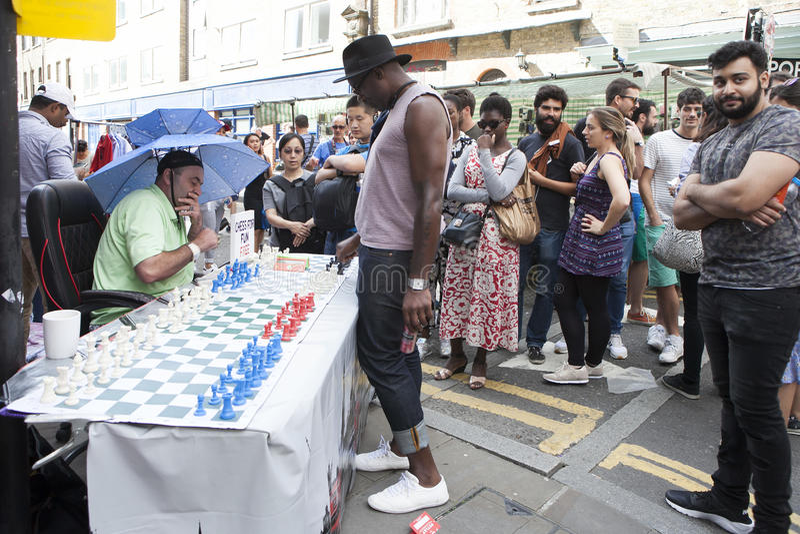 La gente locale non identificata ha giocato gli scacchi alla via del vicolo del mattone a Londra Regno Unito immagine stock libera da diritti