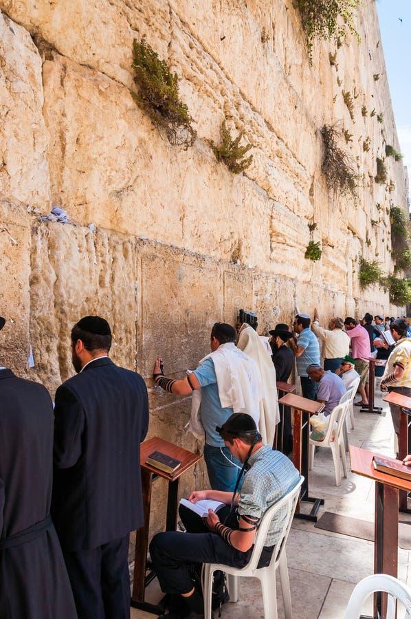 La gente, locali, ortodosso e turisti che stanno, seduta, pregare, chiedenti e sognanti vicino alla parete occidentale a Gerusale immagini stock