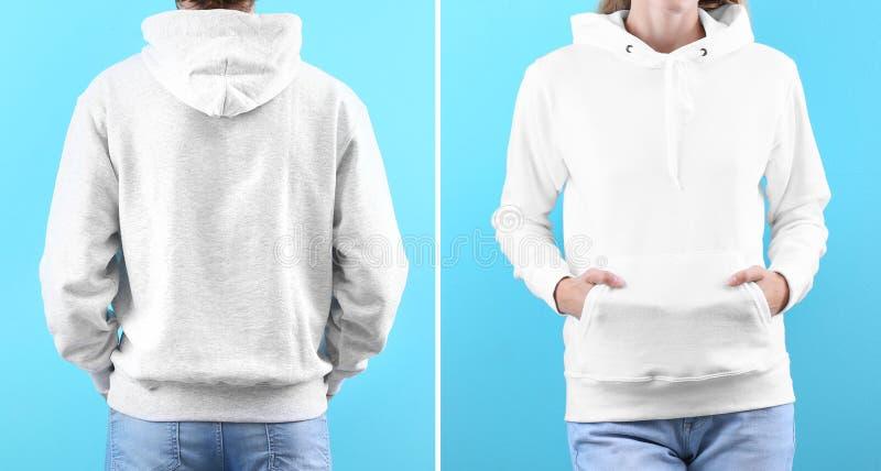 La gente in maglioni in bianco di maglia con cappuccio sul fondo di colore, primo piano fotografie stock