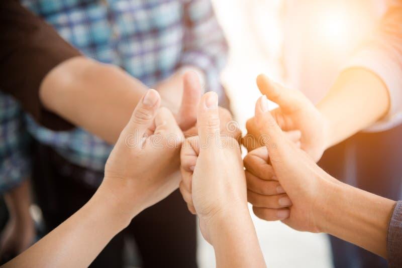 La gente manosea con los dedos para arriba en grupo del trabajo en equipo Gente y concepto del negocio Tema de la cooperaci?n y d fotos de archivo