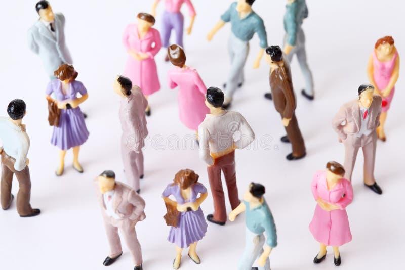 La gente miniatura del giocattolo si leva in piedi nelle pose differenti immagine stock libera da diritti