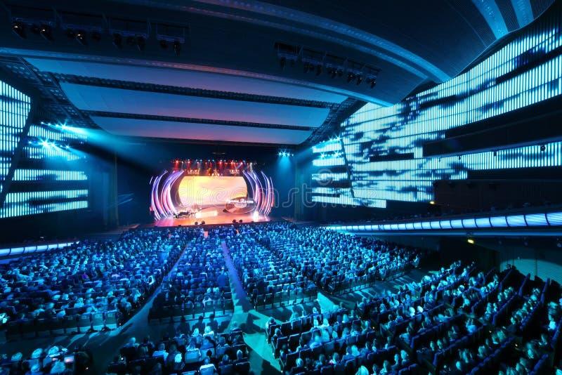 La gente mira la etapa el concierto de E.Piecha imagen de archivo