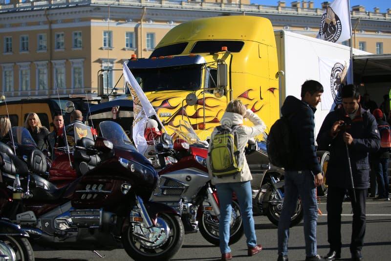 La gente, motociclette e camion di Kenworth sul quadrato del palazzo fotografia stock