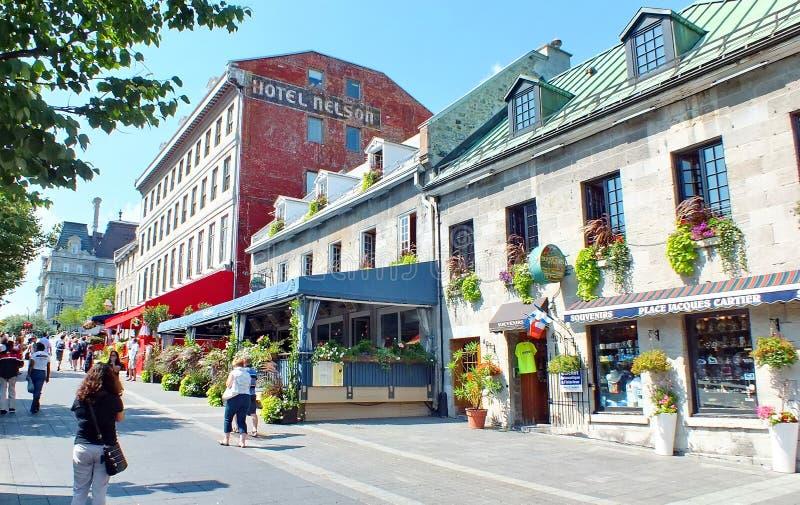 La gente muele sobre las calles en Montreal vieja fotografía de archivo