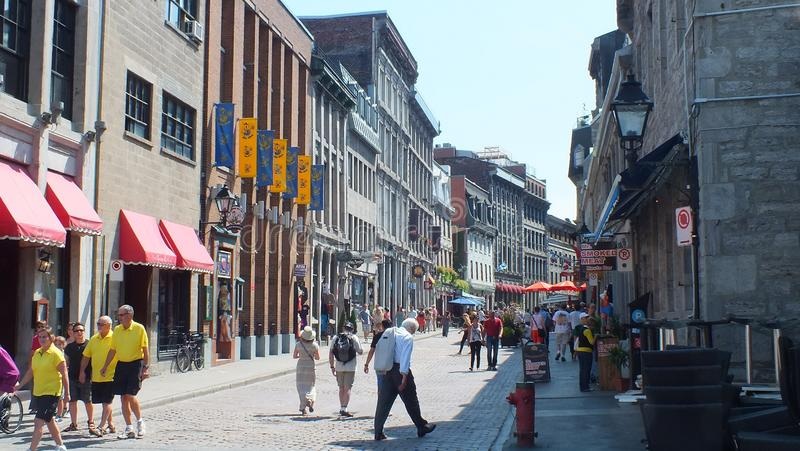 La gente muele sobre las calles en Montreal vieja foto de archivo libre de regalías