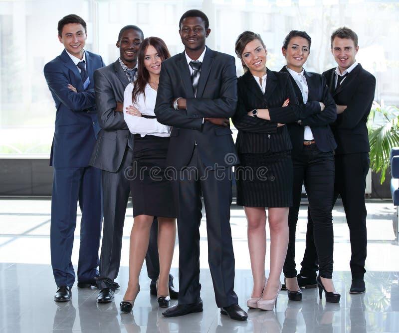 La gente multirracial del equipo del negocio agrupa la sonrisa en la cámara fotografía de archivo