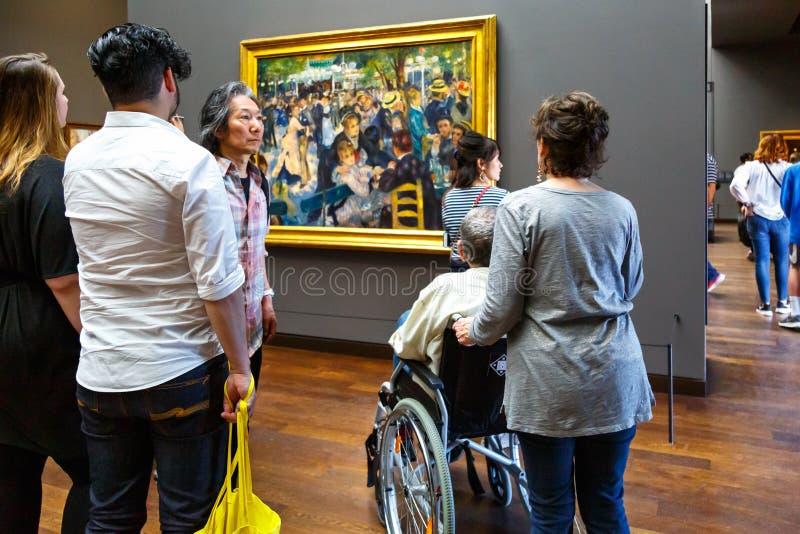 La gente in museo di arte Orsay a Parigi, Francia fotografia stock libera da diritti