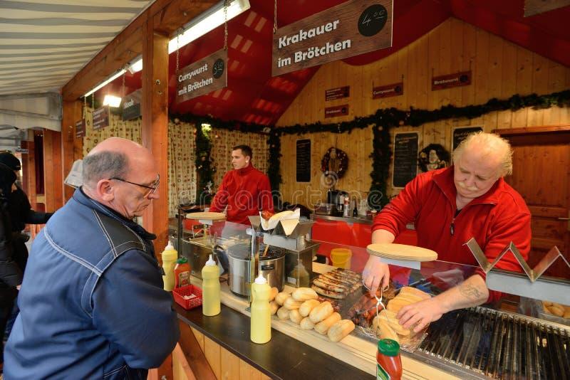 La gente negocia la comida en feria de la Navidad imagen de archivo
